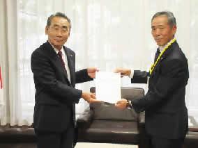 横浜市会議長松本 研 氏(左)